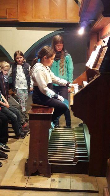 Josi an der Orgel